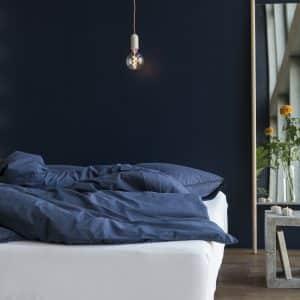 Bettdeckenbezug und Kissenbezug in indigo auf Bett