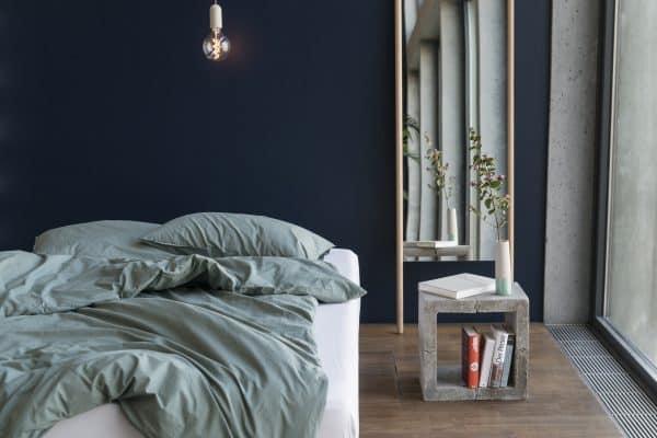 Bettdeckenbezug und Kissenbezug in fichtengrün auf Bett