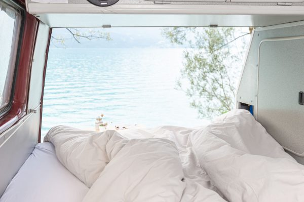 Bettdeckenbezug und Kissenbezug in beige im Wohnwagen