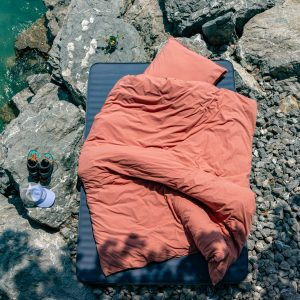 Bettdeckenbezug und Kissenbezug in rost auf Klippe