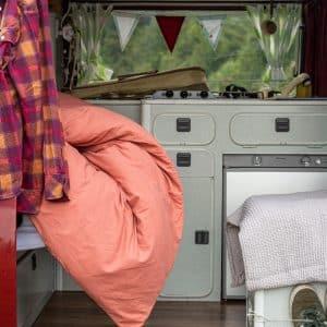Bettdeckenbezug in rost im Wohnwagen