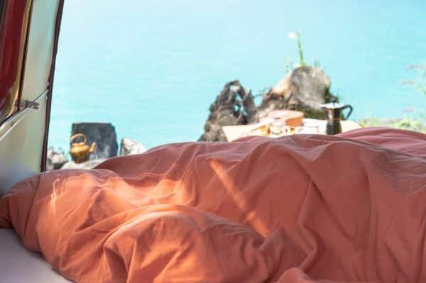 Bettdeckenbezug und Kissenbezug in rost im Wohnwagen